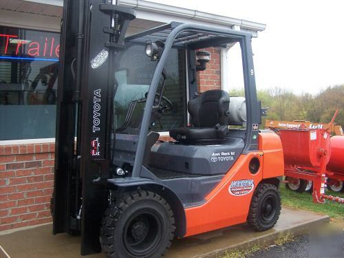 Forklift Toyota Tow Motor Eight Series Fork Lift